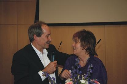 Bernhard Wolf bedankt sich bei Iris Bergmiller